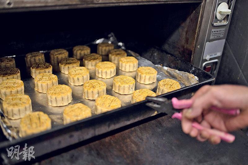 迎接中秋——約有兩星期就到中秋,烤爐整天運作不停趕工。(蘇智鑫攝)