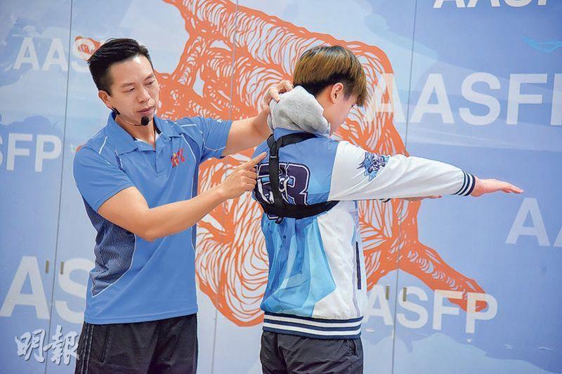 健背帶矯正——電競比賽過程緊張,電競手上身不期然前仰,肩膀收緊,對肌肉造成一定負擔,可嘗試利用健背帶矯正姿勢。(黃志東攝)