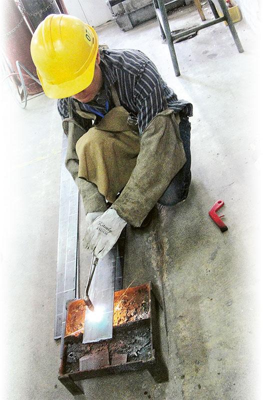 市場對焊接技工的人力需求續升,故吸引不少現職人士 和新人轉職入行,只需修畢相關課程且考獲中工資格者 便可投身與機電工程焊接相關的行業。