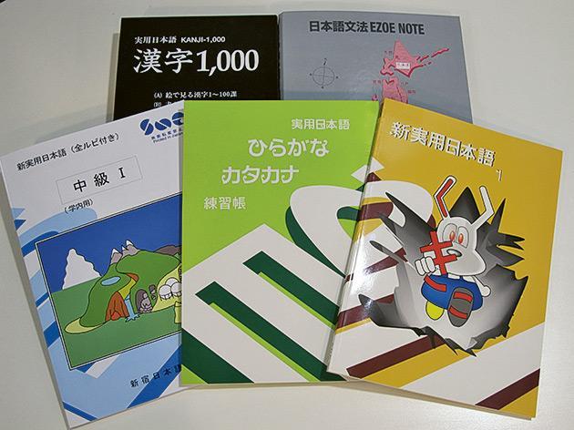 課程採用新宿日本語學校獨有的「江副式教學法」和「VL.J教學系統」,日籍導師同時備有一套自行編製的教科書和教材。