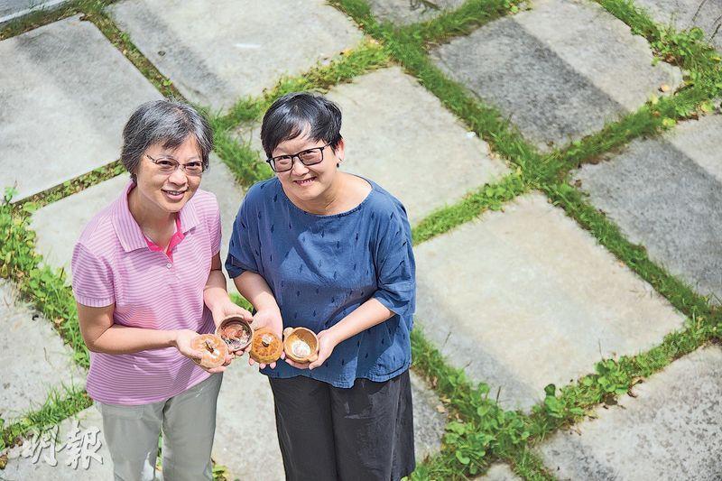 「乳鴿煲」——藝術家黃美嫻(右)去年家訪蘭英(左)及其患癌症的母親,一起製作陶瓷煲。按病人喜好,更特別在內放置了乳鴿圖片。(黃志東攝)