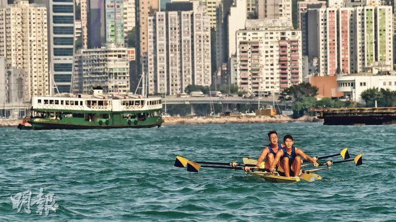 同在維港浮沉,45歲的吳江泓(後)積極備戰明年在港舉行的世界海岸賽艇錦標賽,但由其提拔、剛在亞運摘銅的黃柏恩(前)卻毅然選擇離開水面,走入商業世界。(馮凱鍵攝)
