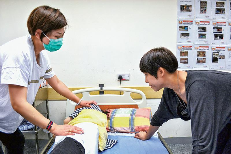 修讀「醫護支援人員 (臨床病人服務) 基礎證書」課程的學員,需學習多元化的護理知識和技巧,才能應付日後投身院舍或醫院的工作挑戰。