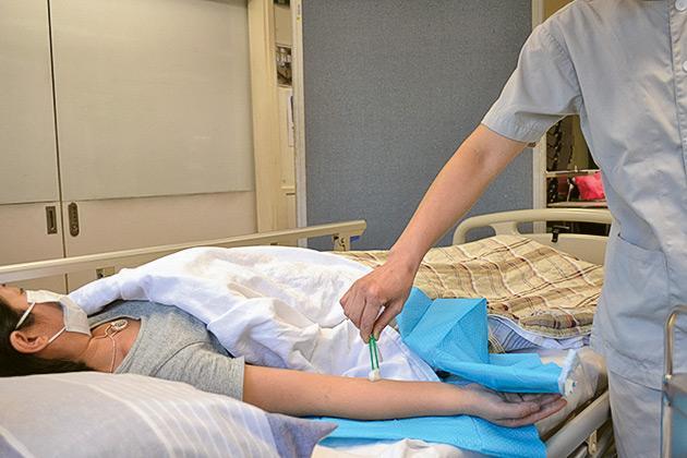 女青會為參加了ERB的健康護理業「先聘用、後培訓」試點計劃的學員,提供5項護理員實務技能培訓課程,包括:「扶抱及轉移技巧」、「壓瘡護理」、「生命體徵量度」、「餵食技巧」及「失禁護理」等。