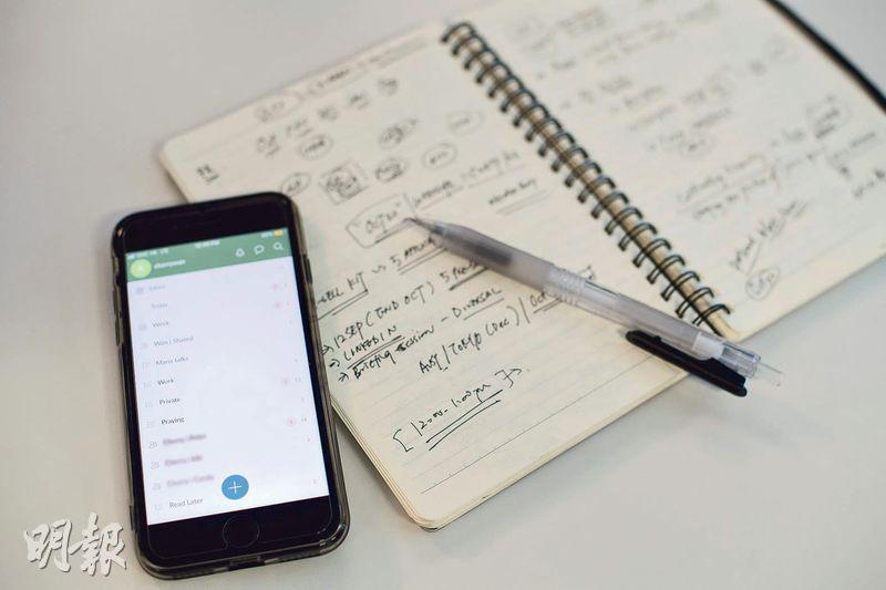 記下工作——Cherry常用的免費手機應用程式包括Wunderlist、Microsoft Planner、Trello等,另外她亦會用筆記簿記下工作日程。(鄧宗弘攝)