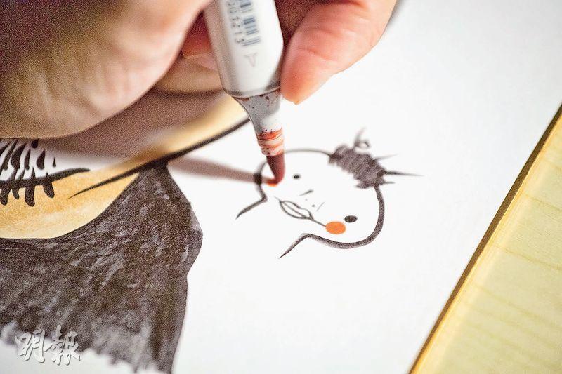 筆名「小甜健」的Kim,每次完成作品,都會在旁邊畫上代表自己的卡通圖案作為簽名。(鄧宗弘攝)