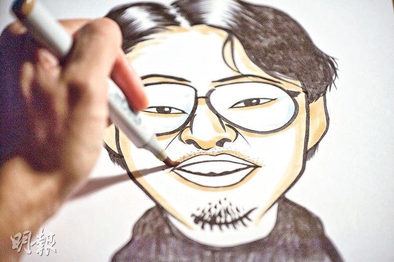 訪問當日,Kim為攝影師畫的人像維肖維妙。完成之後,他不忘細心填上顏色。(鄧宗弘攝)