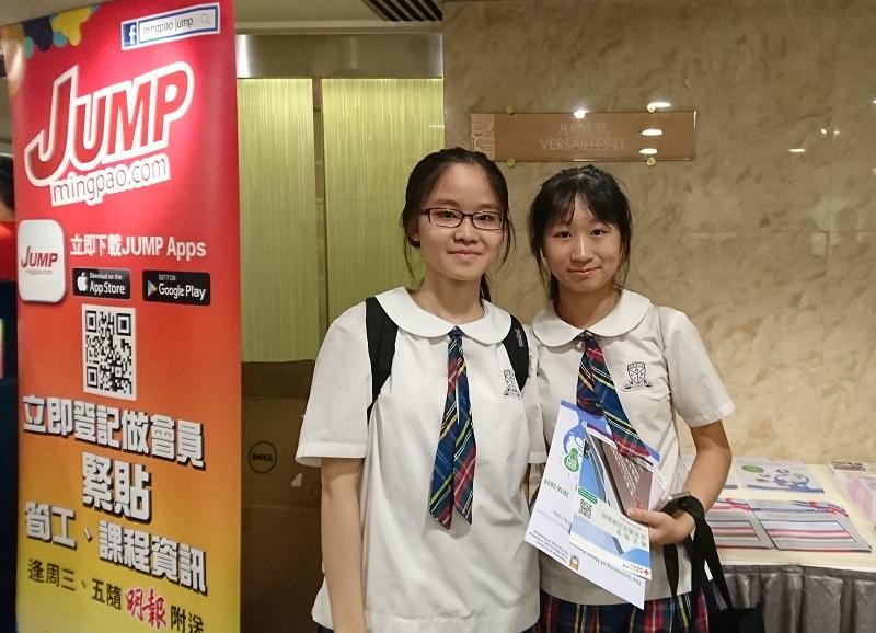 兩名中六生 (左起) 譯瑩和暻生均對護理工作有興趣,目標同樣是升讀護理學課程,從事有意義的工作,實現助人理想。這次特地前來參加招聘及進修日,希望獲取不同資訊,為將來選科擇業鋪路。