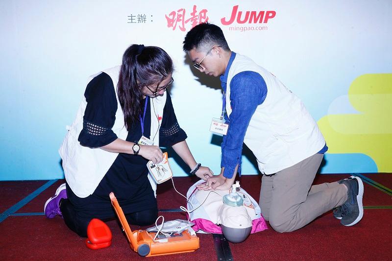 專題講座之一香港紅十字會醫護服務部訓練幹事鄺頴儀與同事一起示範「心肺復蘇法」和「自動體外心臟去纖維性顫動法」的正確急救方法,讓參加者學習急救知識。