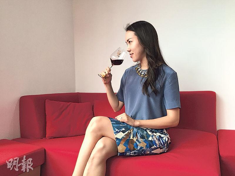 Sarah考獲葡萄酒大師資格,為此她一直努力多年,不斷嘗試不同的酒,又常做筆記,記下不同酒的特性。她指要考得大師資格,努力遠比天分重要。(黃心悅攝)