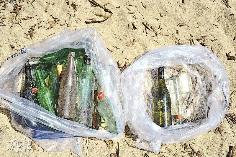 分類回收——清理垃圾時,應將可回收物品如塑膠、玻璃樽分類擺放,既可達到清理垃圾的目的,亦不會將可循環再用的物料送到堆填區,減少地球污染。(賴俊傑攝)