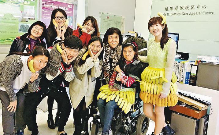 展才設計——中心舉辦的「展才設計」讓傷殘人士設計衣服。圖中輪椅人士就為侄女(右)設計衣裳,取材自農村的香蕉樹。右三為吳秀芬,旁邊是協作的理大學生。(受訪者提供)