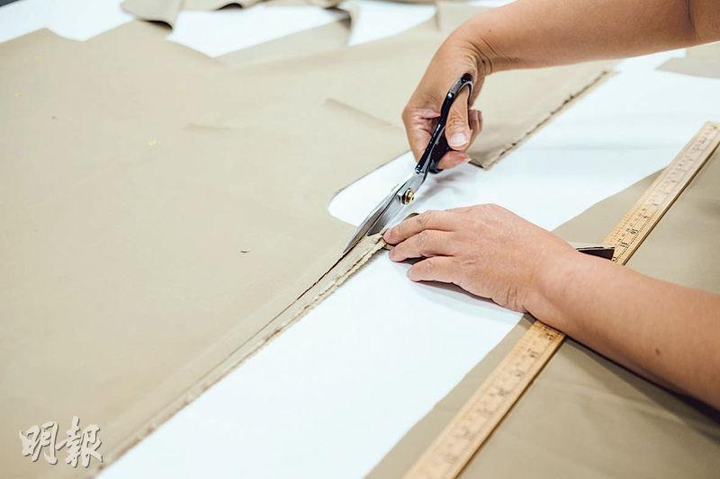 剪出功能——昔日沒人關心,剪個洞,就算是護理衣服;如今細心剪裁,裁出功能性衣服。(蘇智鑫攝)