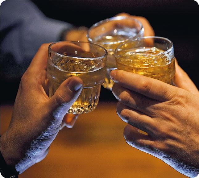 摸杯底——內地生意人習慣在飯局中洽談生意,其中喝酒是重要一環,往往關乎能否成功簽約。(Soubrette@iStockphoto)