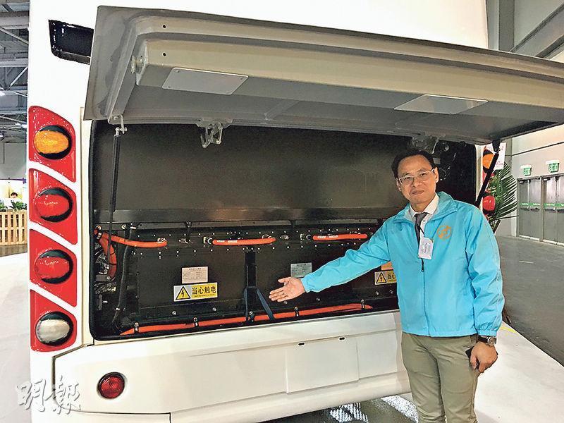 中國之信集團項目經理田超華(圖)負責電動巴士的技術開發,他表示,電動巴士上的電池分佈為其中主要特點,12組電池分別有4組在車頭、3組於車中間、5組於車尾,可平衡車的重心;而電動巴士於2.5小時充滿電後,續航力足夠連續行走250至350公里,相等於來回香港及廣州。(林穎茵攝)