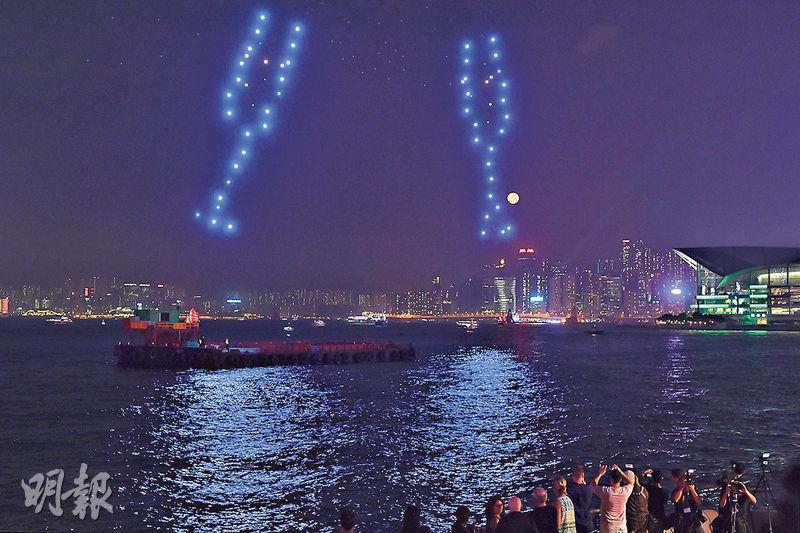 美酒佳餚巡禮10周年,旅發局安排無人機表演團隊每晚7時於維港夜空表演。無人機以燈光砌出不同圖案,如碰酒杯的動作也能清晰展現,效果甚至比煙花更佳。(賴俊傑攝)