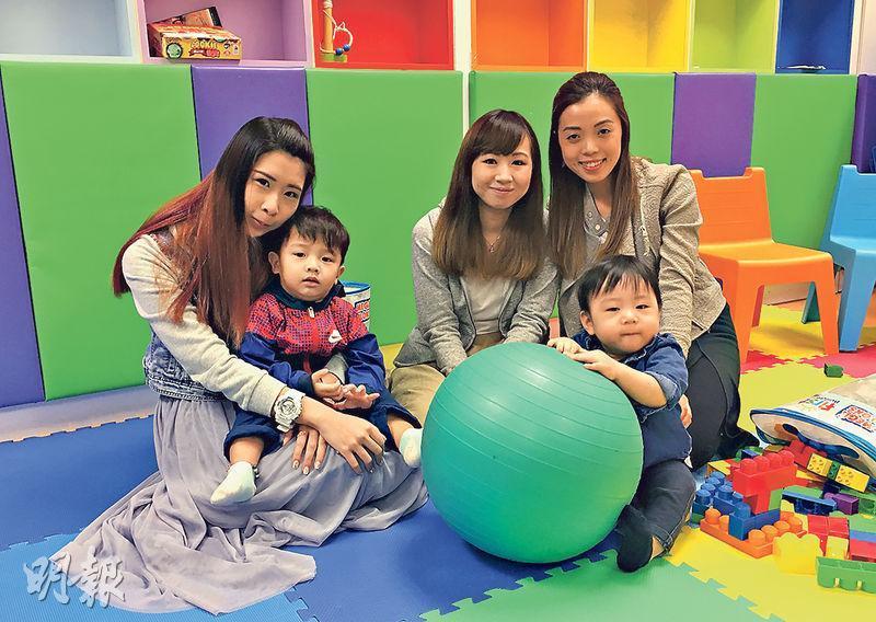 21歲的小鬼(左)與雞蛋(中)已為人母,照顧小孩之餘也希望有一番事業。香港青少年服務處社工Kiki(右)說,Celebaby容許年輕媽媽帶同小孩一同當活動搞手,讓她們掙錢之餘,日後也較易重投社會。(鍾妍攝)