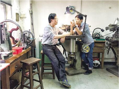 本地辣薑——Kevin(右)說一路以來遇到很多人幫他,例如遇上一個師傅,他們合作以電飯煲創作單車鈴鐺。(受訪者提供)