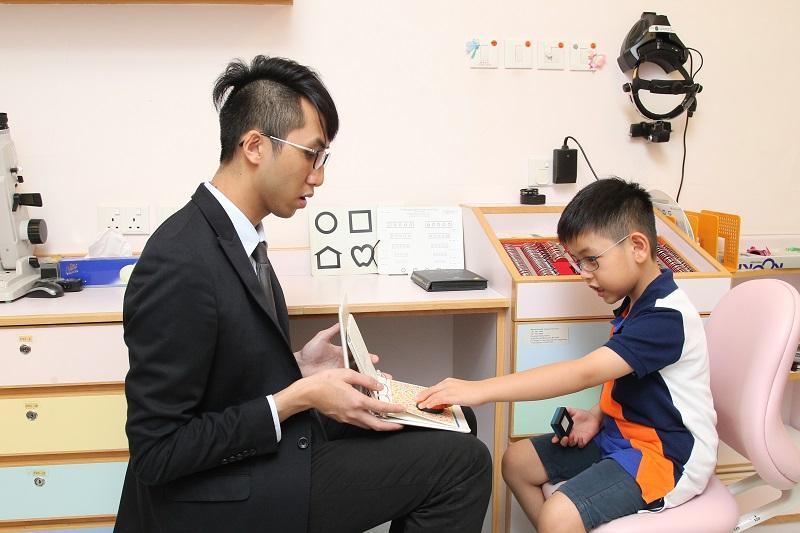 要成為眼科視光師,需經過 5 年的大學培訓,包括進行綜合眼科視光檢查、隱形眼鏡驗配、兒童及視覺訓練、長者及視障復康檢查臨牀實習等。