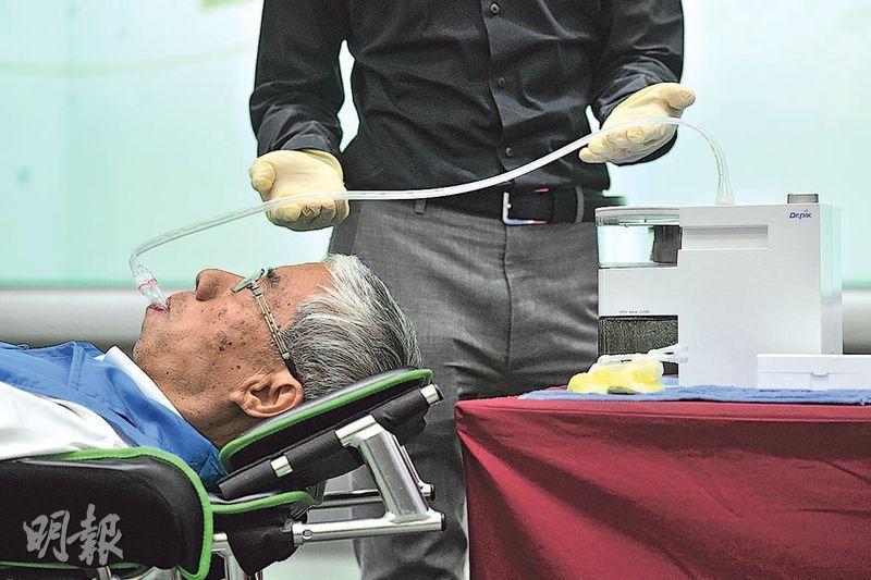 不少身體欠佳並需卧牀的長者,清潔口腔往往困難,來自韓國的「Dr Pik真空口腔潔淨器」(圖)則解決此問題。長者將附有柔軟刷毛的矽膠牙套套入牙齒,並開動儀器,特製口腔清潔液會沿管道流到牙套,協助清潔口腔及按摩牙肉。(楊柏賢攝)