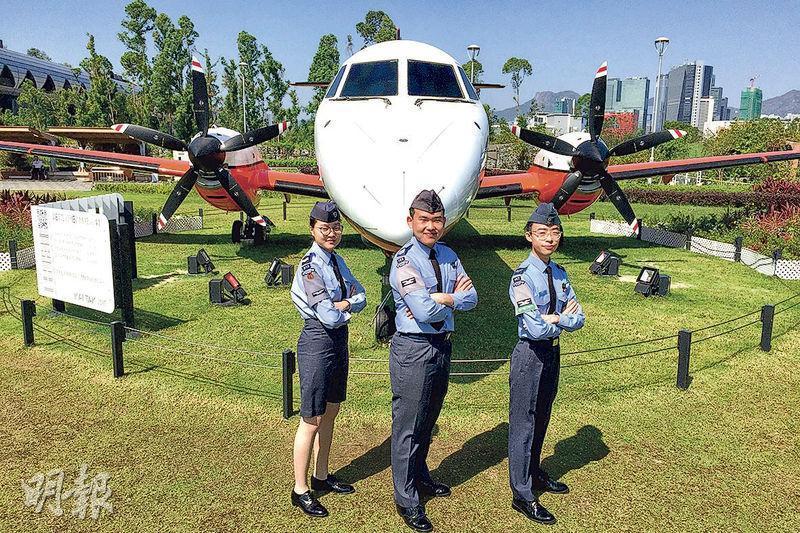 朱愷穎(左起)、許維健及謝禮匡中一起參加香港航空青年團,許及謝均表示參團後,更堅定他們希望成為飛機師的夢想。(王丹麟攝)