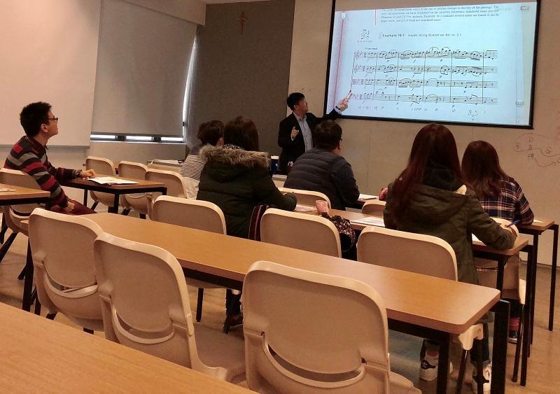 「音樂研習高級文憑」課程內容包括:音樂材料與結構、音樂歷史、樂器學與配器法、曲式與分析、指揮學等各種與音樂有關的知識和技能。