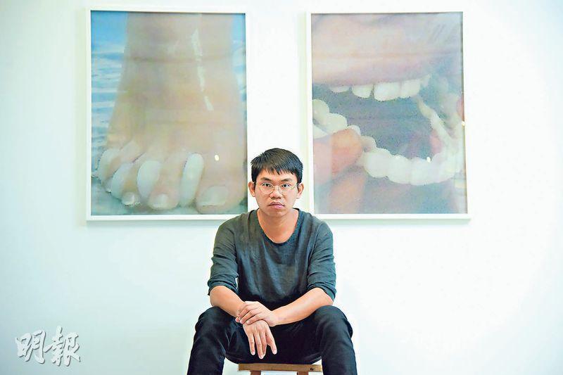 兩趾之間——阿騫的個展「眼挑針」,左邊是翻拍腳底按摩海報,卻有類似牙的東西夾在腳趾之間,對照右邊的牙相,很搞笑。(黃志東攝)