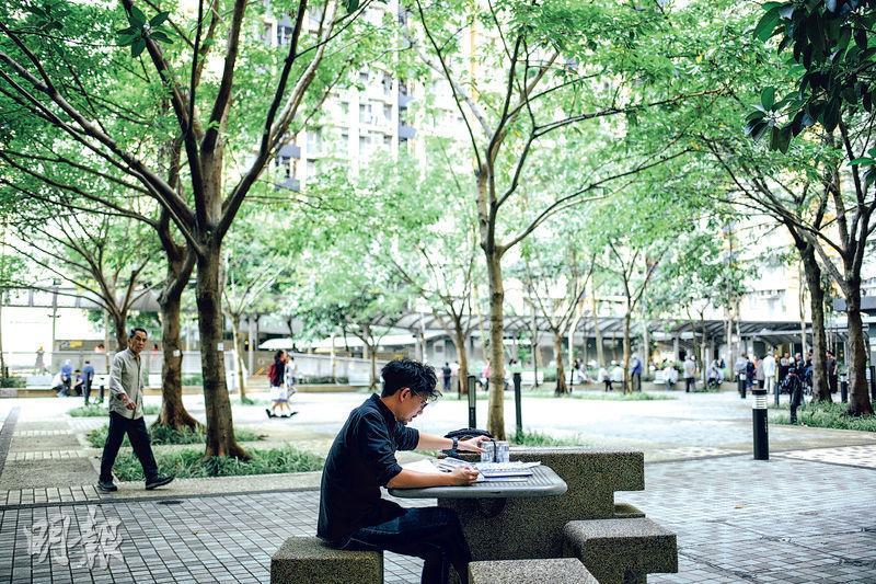 文龍不少作品跟日常生活息息相關,因此他不時會到屋邨樓下的桌椅埋首創作,又會跟不同人溝通,獲取靈感。(蘇智鑫攝)