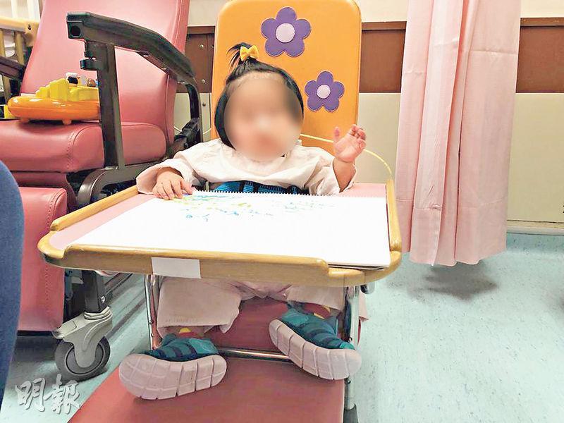 有剛完成手術小女孩接受了威院預防壓力性損傷治療,獲安排坐在醫院特製的小型椅子及坐墊上。(威爾斯親王醫院提供)