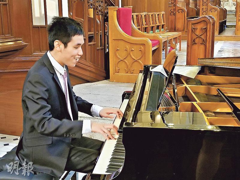 失明鋼琴演奏者劉亦強(圖)自幼對樂譜「過耳不忘」,彈琴時毋須琴譜輔助,他昨在中環聖若翰座堂與其他參與倫敦音樂交流的視障者獻唱,即席「露兩手」。(高卓怡攝)