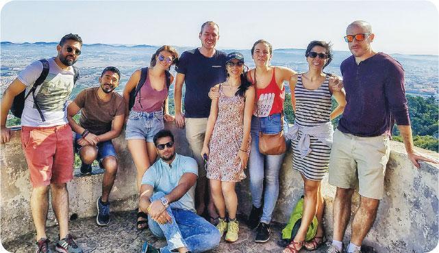 資深旅人——團友不乏資深旅人,因此Olivia(右四)自參加旅行團以來,都不用自己策劃行程,更笑言此後難以再獨自去旅行了。(受訪者提供)