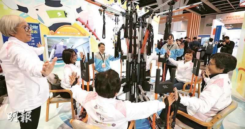 東華三院去年從日本引入多功能運動儀器「Body Spider Exercise Machine」(圖),協助長者做復康訓練,例如以手拉繩鍛煉肌肉。東華三院計劃主任(安老服務)鄺美恩表示,以往不少長者獨自在室內做復康訓練,會感到沉悶,儀器的好處是可同時讓最多12名長者一起訓練,讓他們有交流,更享受過程。儀器可放於戶外,讓長者邊做運動邊曬太陽。(曾憲宗攝)
