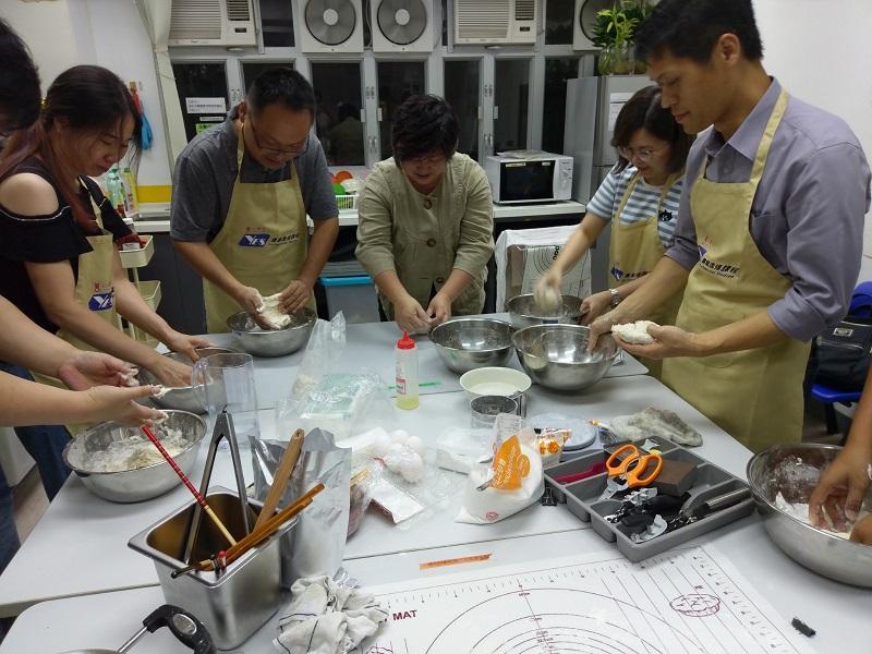 課堂除了講解開設台式小食店的投資及營運方法,還會教導學員基本烹飪知識。