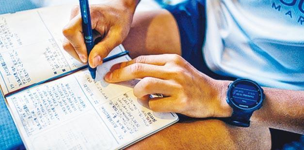 鮮輝的訓練日記上詳細寫上了每天訓練的內容、距離、天氣等,他說只有在自己感到極度疲倦時才會停跑一天,而休息頻率大約是每兩個月一天。(Jaybird提供)