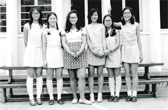 1960年代本港經歷多次「制水」,洗衣也變得奢侈。伊利沙伯中學的女生想了一個辦法,校裙由反領改為方形無領,袖子改為「雞翼袖」;下身裙子則改為無褶窄身短裙,務求「洗少一點布,用少點水」,80年代,供水問題解決,伊中校服始變成今日的樣式。(伊中舊生會提供)