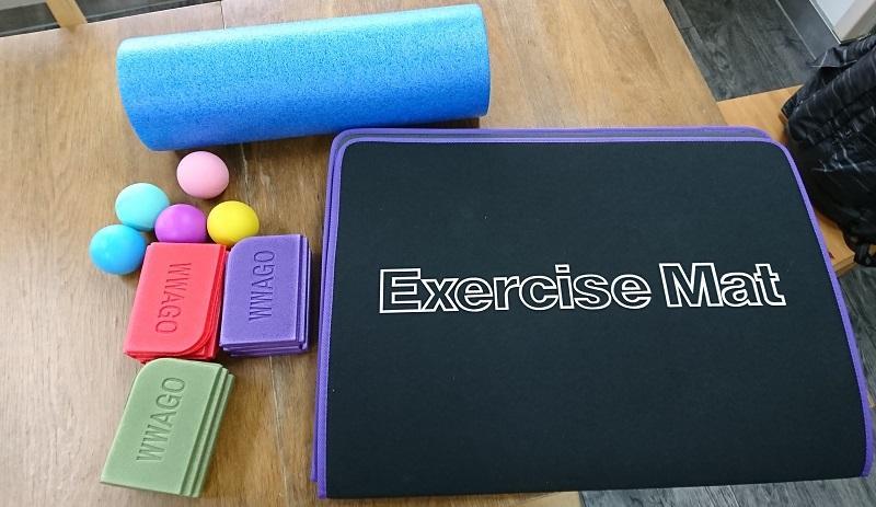 另外,亦可以善用工具協助伸展,例如露營磚、筋膜球、或按摩滾輪 (Foam Roller)等。