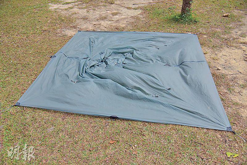 選擇一處平坦草地,將帳幕鋪在起營位置,同時檢查附近有否石頭或其他障礙物。(黃志東攝)