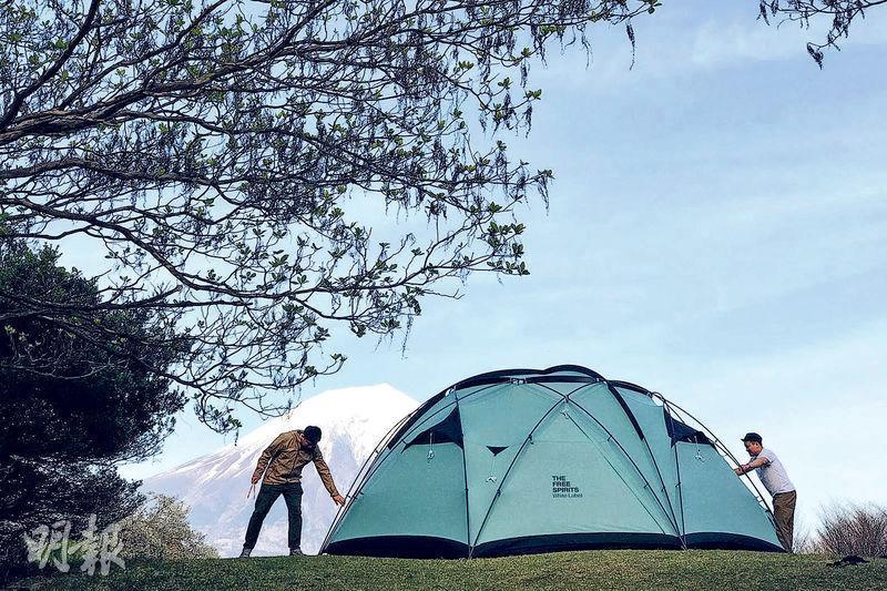 Andrew不時到外地旅行和露營,圖中是今年四月他到東京露營時拍下的照片,更能清楚看到富士山全貌,非常壯麗。(受訪者提供)