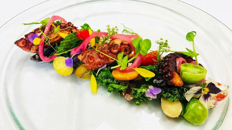 Holden 說這道暖八爪魚沙律改變了傳統沙律「凍冰冰」的感覺,生菜配搭烹調的海鮮、肉類或其他煮過的食材,是冬日前菜的合適之選。