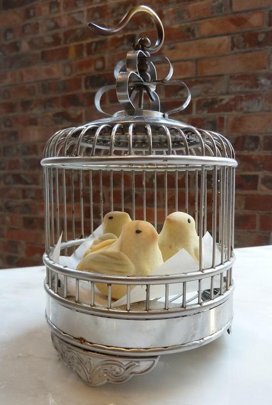 三隻造型精巧的小鳥,配着一個銀色的鳥籠出場,其實是鳳梨酥,名為「鴿吞鳳梨」。