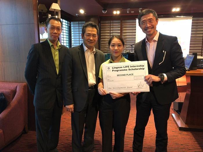 廖鐃欣 (右二) 於香港沙田凱悅酒店完成暑期實習,因表現優異獲酒店頒發獎學金。