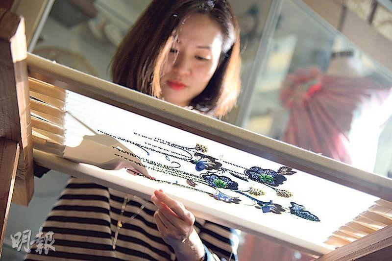 開班教刺繡——法式刺繡面布在下,針在布上繡,花在布下走。Lilian說當上刺繡導師的收穫,是意外地凝聚了一班學生,為Studio帶來一份工房的氛圍。(黃志東攝)