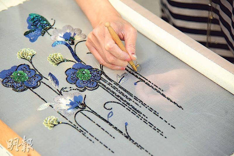 立體刺繡——這麼美的立體圖案,原來只是繡布的背面,法式刺繡是反向刺繡,底面都乾淨企理。(黃志東攝)