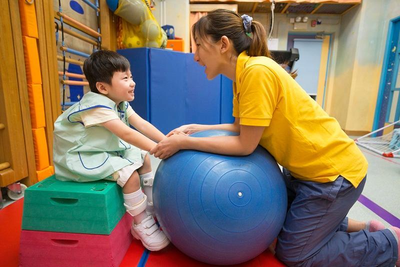 幼兒老師可利用不同的器材,如治療球,設計適合兒童能力的體育活動。