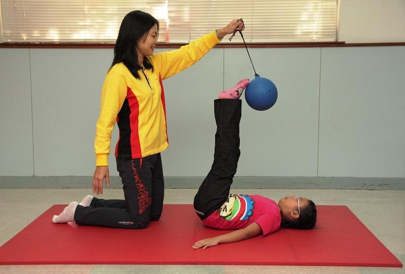 踢吊球的運動,能幫助小朋友提升腹肌的肌力。
