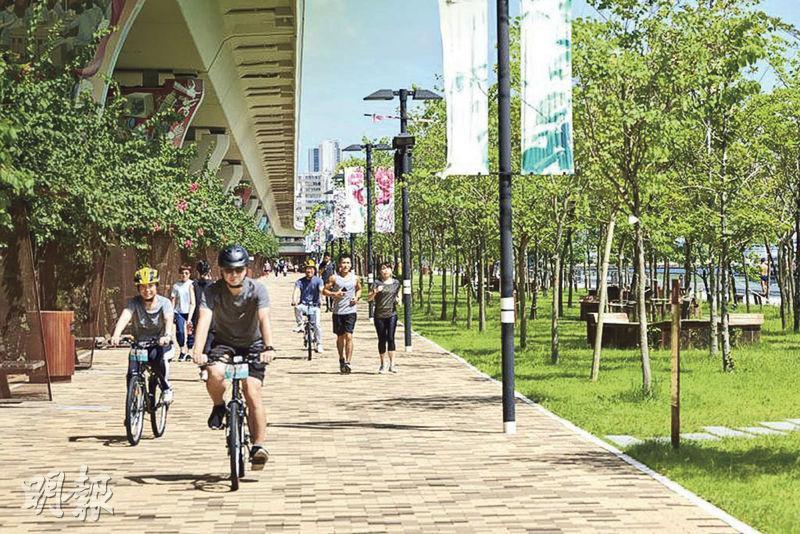 觀塘海濱花園內有長約1公里嘅行人路,改成畀行人同埋單車共用嘅「共融通道」,有別於傳統與行人路分隔嘅單車徑。(政府新聞處)