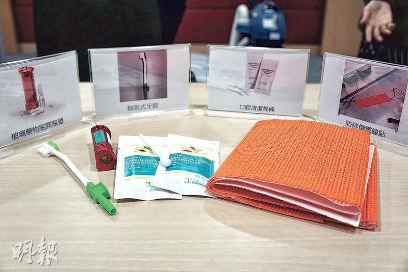 2018/19年度護理質素提升計劃引入多項護理物品,包括抽吸式牙刷(左起) 、玻璃藥瓶開瓶器、口腔清潔棉棒和防絆倒電線貼。(朱韻斐攝)