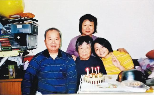 劉倩萍(後)的父親劉振雄(前左)和母親區佩雯(前中)在生時主動提出成為「無言老師」的意願。他們除了成為首對「無言老師」夫婦外,更影響女兒一同參與其中。(受訪者提供)