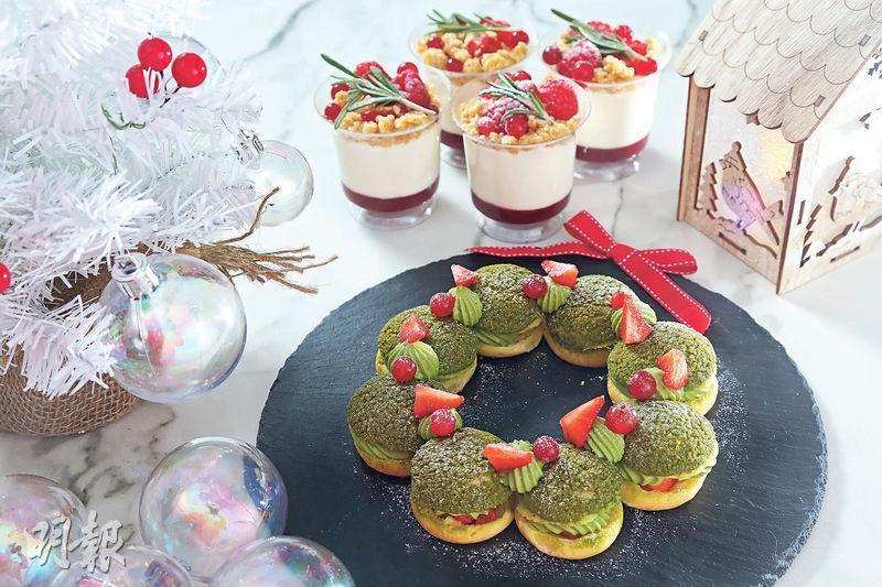 節日美點﹕把抹茶泡芙砌成聖誕花環形狀,造型漂亮又富節日氣氛。紅桑子芝士杯的裝飾也以紅、綠兩色為主,配以其他聖誕裝飾,吸睛度滿分。(劉毓霖攝)
