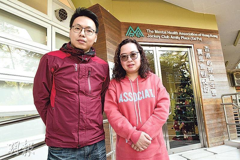 33歲的Wilson(左)曾患輕度精神分裂症,康復後成為朋輩支援工作員,與其他精神病患者在康復路上同行,如今他任職二級康復導師,繼續幫助精神病患者。右為朋輩支援工作員Bonnie。(蘇智鑫攝)